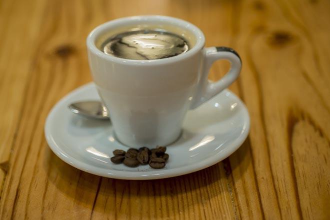 Taza y granos de café