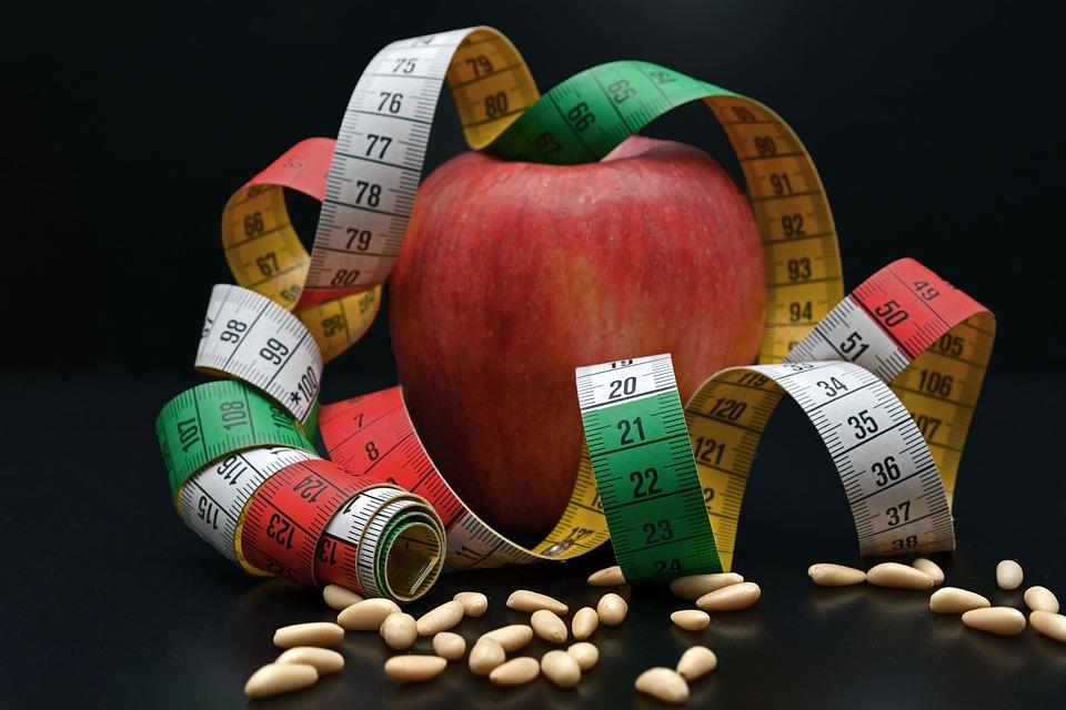 Manzana y cinta métrica