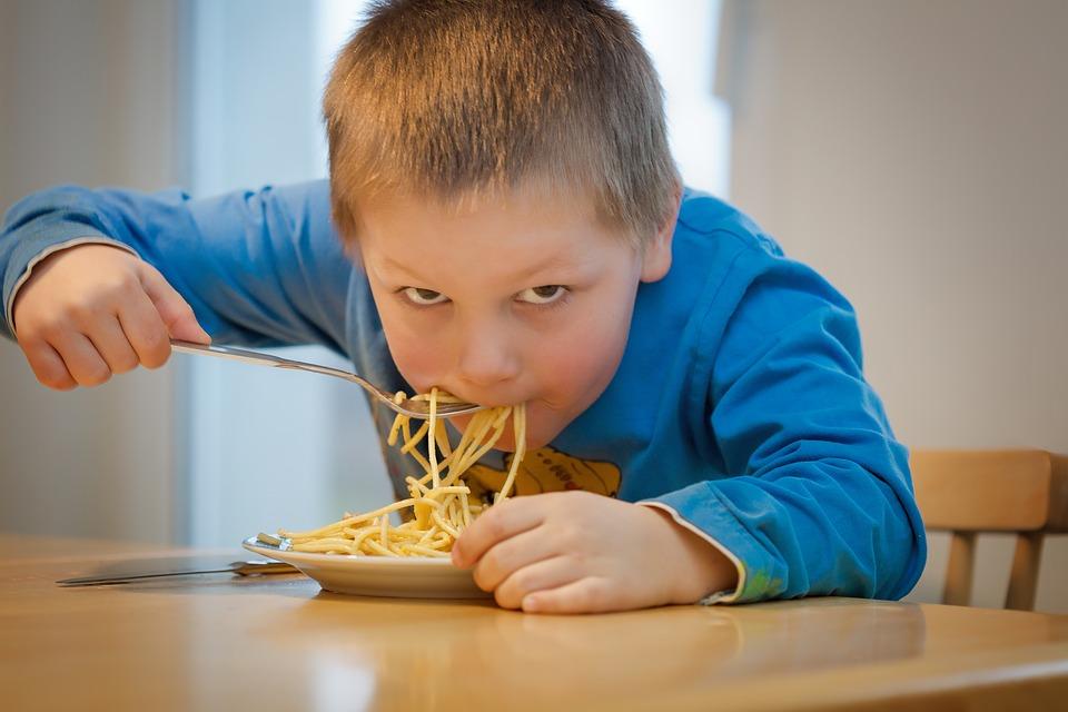 niño comer