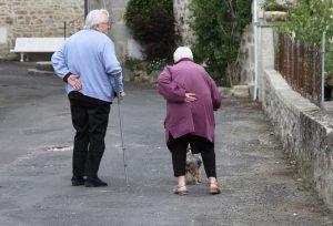 Los cuidados a personas mayores dependientes