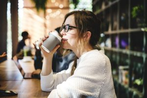 Los alimentos que consumes pueden estar manchando tus dientes