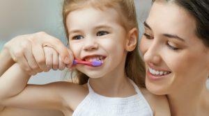 Cuidados de los dientes de leche por edades